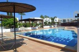 Бассейн. Кипр, Каппарис : Комфортабельный апартамент с 2-мя спальнями, с гостиной и балконом, в комплексе с бассейном и детской площадкой