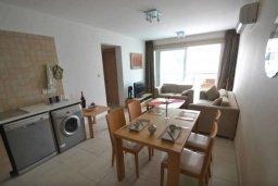Обеденная зона. Кипр, Каппарис : Комфортабельный апартамент с 2-мя спальнями, с гостиной и балконом, в комплексе с бассейном и детской площадкой