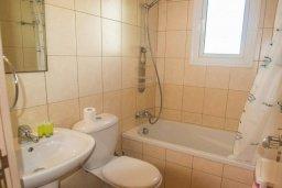 Ванная комната. Кипр, Каппарис : Комфортабельный апартамент с 2-мя спальнями, с гостиной и балконом, в комплексе с бассейном и детской площадкой