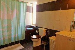 Ванная комната. Кипр, Ларнака город : Апартамент в комплексе в бассейном, с гостиной, двумя спальнями и патио