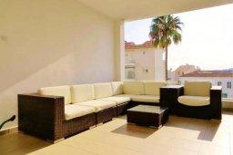 Патио. Кипр, Ларнака город : Апартамент в комплексе в бассейном, с гостиной, двумя спальнями и патио