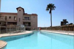 Бассейн. Кипр, Ларнака город : Апартамент в комплексе в бассейном, с гостиной, двумя спальнями и патио
