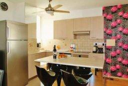Обеденная зона. Кипр, Ларнака город : Современный апартамент в комплексе в бассейном, с гостиной, двумя спальнями, двумя ванными комнатами и большим балконом