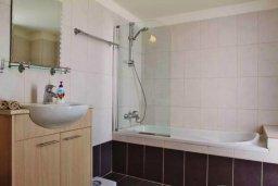 Ванная комната. Кипр, Ларнака город : Современный апартамент в комплексе в бассейном, с гостиной, двумя спальнями, двумя ванными комнатами и большим балконом