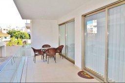 Балкон. Кипр, Ларнака город : Современный апартамент в комплексе в бассейном, с гостиной, двумя спальнями, двумя ванными комнатами и большим балконом