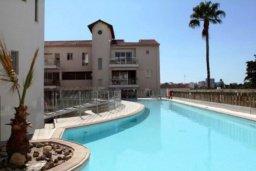 Бассейн. Кипр, Ларнака город : Современный апартамент в комплексе в бассейном, с гостиной, двумя спальнями, двумя ванными комнатами и большим балконом