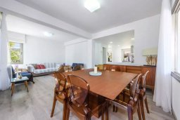 Обеденная зона. Кипр, Каво Марис Протарас : Роскошная вилла с 4-мя спальнями, с уютным зелёным двориком с lounge-зоной, уличной барной стойкой и барбекю