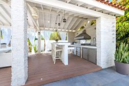 Территория. Кипр, Каво Марис Протарас : Роскошная вилла с 4-мя спальнями, с уютным зелёным двориком с lounge-зоной, уличной барной стойкой и барбекю