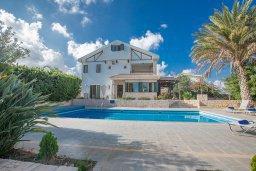 Фасад дома. Кипр, Пернера : Великолепная вилла с видом на Средиземное море, с 5-ю спальнями, с бассейном, просторной зелёной территорией с патио и барбекю