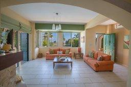 Гостиная. Кипр, Пернера : Великолепная вилла с видом на Средиземное море, с 5-ю спальнями, с бассейном, просторной зелёной территорией с патио и барбекю