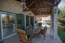 Обеденная зона. Кипр, Пернера : Великолепная вилла с видом на Средиземное море, с 5-ю спальнями, с бассейном, просторной зелёной территорией с патио и барбекю