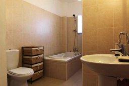 Ванная комната. Кипр, Ларнака город : Уютный апартамент недалеко от пляжа, с гостиной, отдельной спальней и балконом