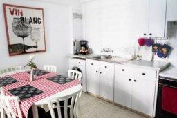 Кухня. Кипр, Ларнака город : Уютный апартамент в 100 метрах от пляжа, с гостиной, двумя спальнями и балконом