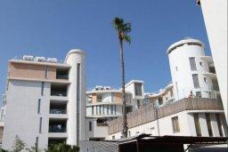 Фасад дома. Кипр, Ларнака город : Прекрасный апартамент в комплексе с бассейном, с большой гостиной, двумя спальнями и балконом