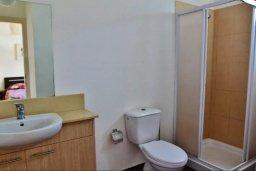Ванная комната 2. Кипр, Ларнака город : Прекрасный апартамент в комплексе с бассейном, с большой гостиной, двумя спальнями, двумя ванными комнатами и балконом