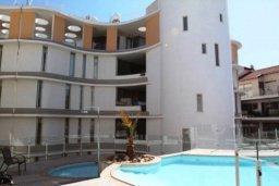 Фасад дома. Кипр, Ларнака город : Прекрасный апартамент в комплексе с бассейном, с большой гостиной, двумя спальнями, двумя ванными комнатами и балконом