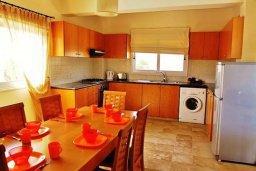 Кухня. Кипр, Сиренс Бич - Айя Текла : Уютная вилла с бассейном в 100 метрах от моря, 3 спальни, 2 ванные комнаты, барбекю, парковка, Wi-Fi