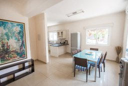 Кухня. Кипр, Каппарис : Прекрасная вилла с бассейном и зеленым двориком, 4 спальни, 3 ванные комнаты, барбекю, парковка, Wi-Fi