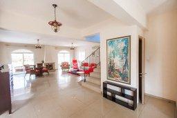 Гостиная. Кипр, Каппарис : Прекрасная вилла с бассейном и зеленым двориком, 4 спальни, 3 ванные комнаты, барбекю, парковка, Wi-Fi