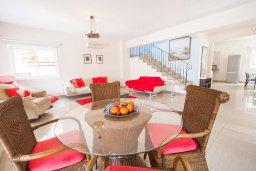 Обеденная зона. Кипр, Каппарис : Прекрасная вилла с бассейном и зеленым двориком, 4 спальни, 3 ванные комнаты, барбекю, парковка, Wi-Fi