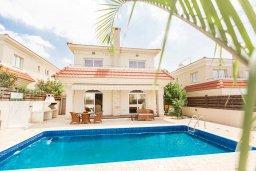 Фасад дома. Кипр, Каппарис : Прекрасная вилла с бассейном и зеленым двориком, 4 спальни, 3 ванные комнаты, барбекю, парковка, Wi-Fi