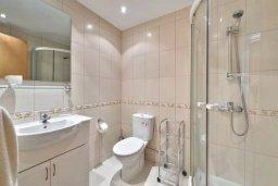 Ванная комната. Кипр, Гермасойя Лимассол : Прекрасный таунхаус в комплексе с бассейном и детской площадкой, 3 спальни, 2 ванные комнаты, терраса, парковка