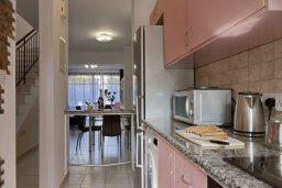 Кухня. Кипр, Гермасойя Лимассол : Прекрасный таунхаус в комплексе с бассейном и детской площадкой, 3 спальни, 2 ванные комнаты, терраса, парковка