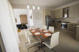 Кухня. Кипр, Хлорака : Современная вилла с бассейном и зеленым двориком, 3 спальни, парковка, Wi-Fi