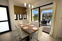 Обеденная зона. Кипр, Хлорака : Современная вилла с бассейном и зеленым двориком, 3 спальни, парковка, Wi-Fi