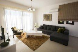 Гостиная. Кипр, Хлорака : Современная вилла с бассейном и зеленым двориком, 3 спальни, парковка, Wi-Fi