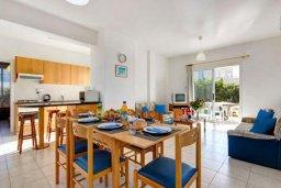 Обеденная зона. Кипр, Хлорака : Прекрасная вилла с бассейном и зеленым двориком с барбекю, 3 спальни, 2 ванные комнаты, парковка, Wi-Fi