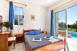 Спальня. Кипр, Хлорака : Прекрасная вилла с бассейном и зеленым двориком с барбекю, 3 спальни, 2 ванные комнаты, парковка, Wi-Fi