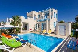 Фасад дома. Кипр, Хлорака : Прекрасная вилла с бассейном и зеленым двориком с барбекю, 3 спальни, 2 ванные комнаты, парковка, Wi-Fi