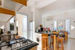 Кухня. Кипр, Хлорака : Прекрасная вилла с бассейном и зеленым двориком с барбекю, 3 спальни, 2 ванные комнаты, парковка, Wi-Fi