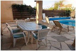 Зона отдыха у бассейна. Кипр, Корал Бэй : Восхитительная вилла с 4-мя спальнями, 3-мя ванными комнатами, с бассейном, солнечной террасой с патио, расположена в 300 метрах от пляжа Coral Bay beach