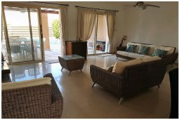 Гостиная. Кипр, Корал Бэй : Восхитительная вилла с 4-мя спальнями, 3-мя ванными комнатами, с бассейном, солнечной террасой с патио, расположена в 300 метрах от пляжа Coral Bay beach