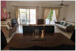 Обеденная зона. Кипр, Корал Бэй : Восхитительная вилла с 4-мя спальнями, 3-мя ванными комнатами, с бассейном, солнечной террасой с патио, расположена в 300 метрах от пляжа Coral Bay beach