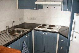 Кухня. Кипр, Пафос город : Апартамент в комплексе с большим бассейном и зеленой территорией, с гостиной, отдельной спальней и балконом