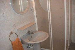 Ванная комната. Кипр, Пафос город : Апартамент в комплексе с большим бассейном и зеленой территорией, с гостиной, отдельной спальней и балконом