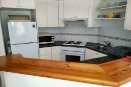 Кухня. Кипр, Пафос город : Апартамент в комплексе с 2-мя бассейнами и зеленой территорией, с гостиной, тремя спальнями, двумя ванными комнатами и балконом