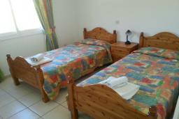 Спальня 2. Кипр, Пафос город : Апартамент в комплексе с 2-мя бассейнами и зеленой территорией, с гостиной, тремя спальнями, двумя ванными комнатами и балконом