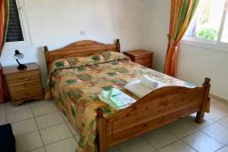 Спальня. Кипр, Пафос город : Апартамент в комплексе с 2-мя бассейнами и зеленой территорией, с гостиной, тремя спальнями, двумя ванными комнатами и балконом
