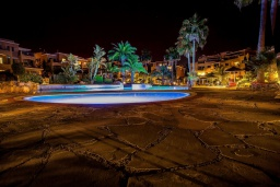 Бассейн. Кипр, Пафос город : Апартамент в комплексе с 2-мя бассейнами и зеленой территорией, с гостиной, тремя спальнями, двумя ванными комнатами и балконом