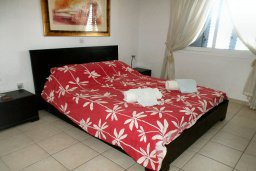 Спальня. Кипр, Пафос город : Апартамент в комплексе с 2-мя бассейнами и зеленой территорией, с гостиной, отдельной спальней и балконом