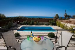 Балкон. Кипр, Киссонерга : Прекрасная вилла с бассейном и видом на море, 50 метров до пляжа, 5 спален, 3 ванные комнаты, барбекю, парковка, Wi-Fi