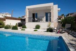 Фасад дома. Кипр, Киссонерга : Прекрасная вилла с бассейном и видом на море, 50 метров до пляжа, 5 спален, 3 ванные комнаты, барбекю, парковка, Wi-Fi