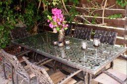 Терраса. Кипр, Перволия : Прекрасная вилла с бассейном и зеленым двориком с барбекю, 4 спальни, 3 ванные комнаты, парковка, Wi-Fi
