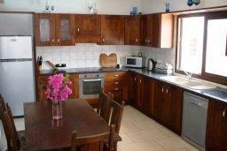 Кухня. Кипр, Перволия : Прекрасная вилла с бассейном и зеленым двориком с барбекю, 4 спальни, 3 ванные комнаты, парковка, Wi-Fi