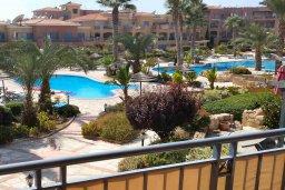 Вид. Кипр, Пафос город : Апартамент в комплексе с 2-мя бассейнами и зеленой территорией, с гостиной, тремя спальнями, двумя ванными комнатами и балконом
