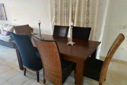 Обеденная зона. Кипр, Пафос город : Апартамент в комплексе с 2-мя бассейнами и зеленой территорией, с гостиной, тремя спальнями, двумя ванными комнатами и балконом
